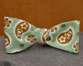 Scattered Paisley on Green  Bow Tie