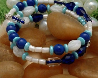Bracelet of blue and white glass beads, large, 2 loops memory wire