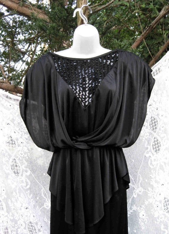 size 11 / 12 NEVER WORN SEQUINED black sequin, flowy party dress with store tag
