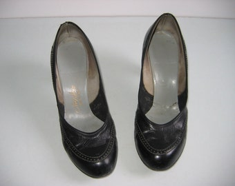Pinup Baby Doll, Rockabilly, Bombshell, Pumps, Bump Toe, high heel shoes.  Vintage 1940, 1950.  Black Leather.  Size 6.