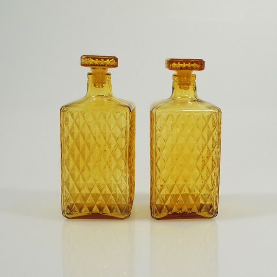 Vi n t a g e Gold Amber Large Liquor Decanters Bottles with Stoppers Diamond Pattern x 2