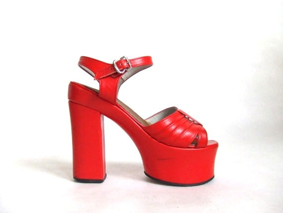 FINAL SALE////vintage 1970s bright red patent leather platforms