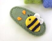 NO SLIP Wool felt hair clip -Busy bee -tea green