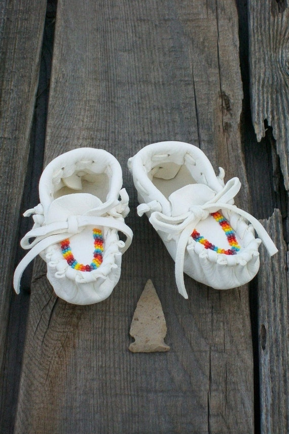 Deerskin baby  moccasins , White buckskin moccasins , Infant baby moccasins , Beaded newborn moccasins