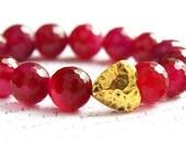 Flamingo Pink Red Agate Bracelet. Stacking Statement Bracelet. Gold Hammered Heart. Round Gemstone Bright Faceted Stones. Tagt