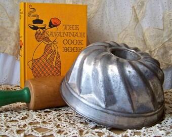 Vintage Cake Mold Scallop Design Tin Bundt Mould Cake Mould Bread Dessert Mold Vintage 1950s