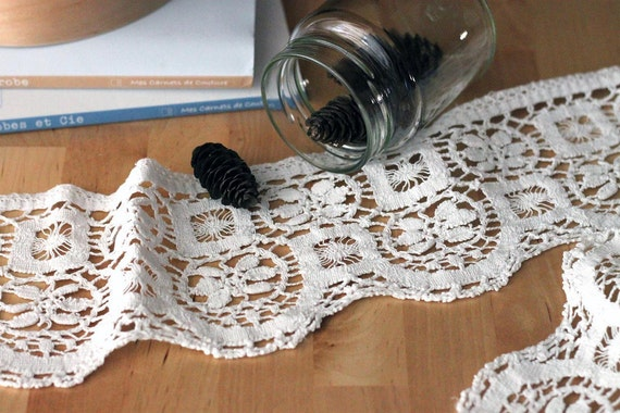 Vintage italian lace. Great condition. 1930's ca. Floral and sea motif. 100% cotton, the finest lace.
