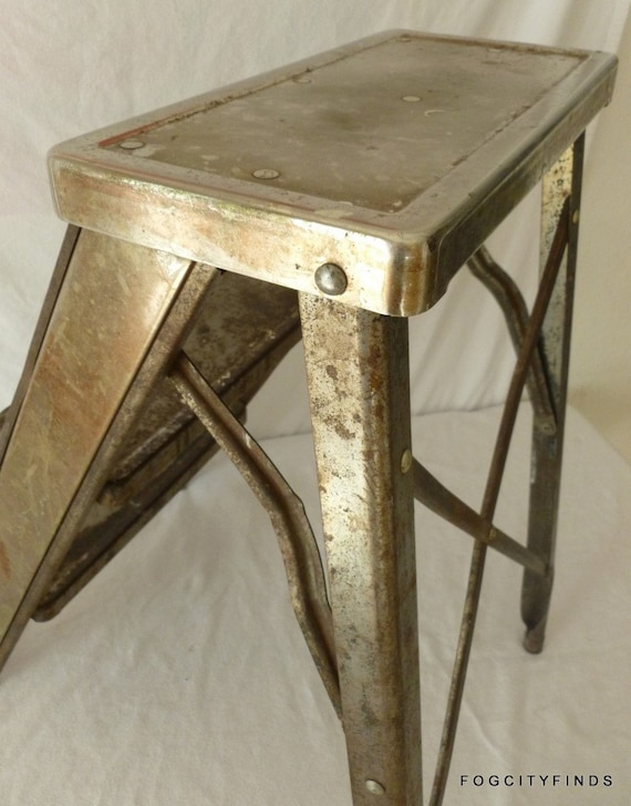 Industrial mode Foot Stool. Perfect as a pigeon. Rusticity and Steampunkish  meet again. WOOT.