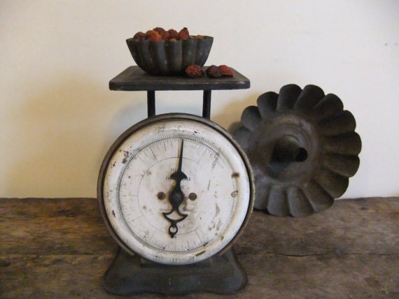 Antique kitchen scale primitive shabby by treasuredprimitives for Rustic kitchen scale