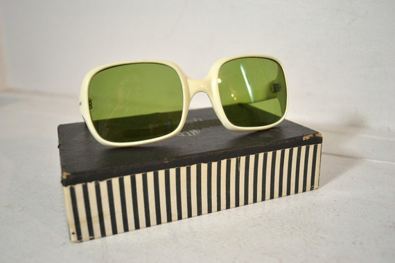 Vintage Sunglasses //  MOD Vintage 1960s Sunglasses with Cream Plastic Frames and Green Glass Lenses // Made in Italy