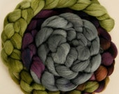 Haunui NZ Halfbred 24.5 micron combed wool tops (roving) -  100gr Sagebrush over natural Light Grey