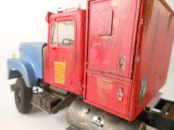 1980s International truck 1/24 scale model in red and blue