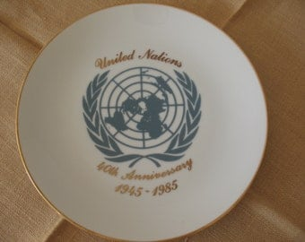 memorial plate, united nations 40th anniversary, 1945-1985, un memorablia, pocelain plate, white plate, plate collectors,