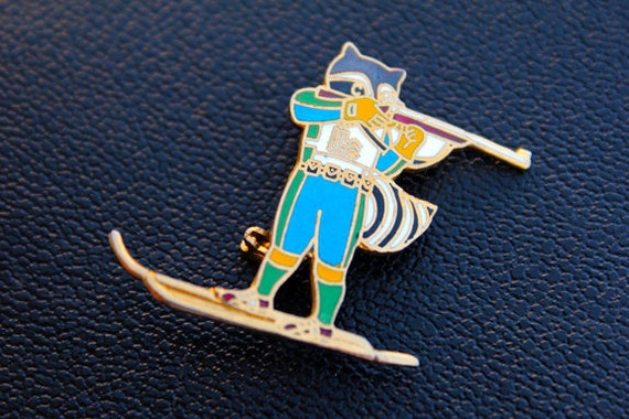 Roni the Raccoon 1980 Lake Placid Olympics XIII Winter Games - Official Pin