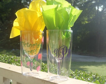 Insulated BPA free acrylic wine glass with lid decorated with vinyl