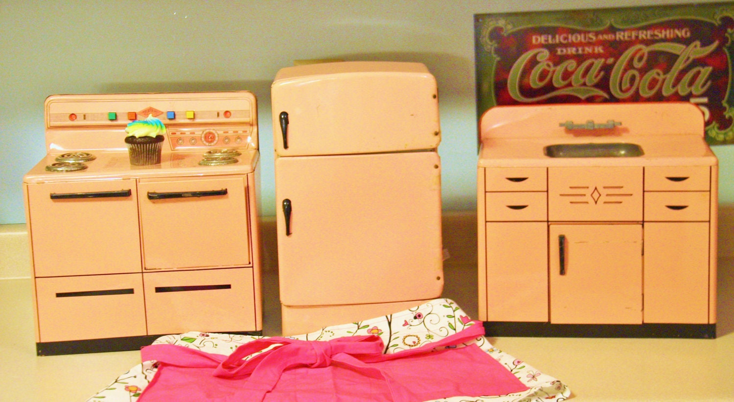 Pink tin kitchen set wolverine brand 1950s for Kitchen set pink