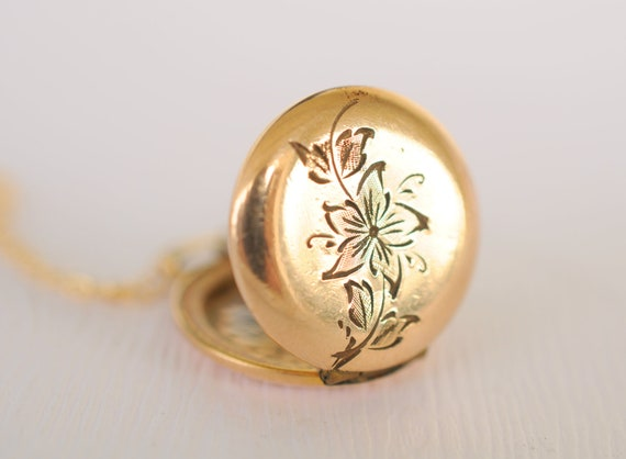 1930s vintage jewelry / small gold locket // BELL FLOWER