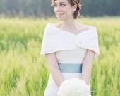 Pelerine für die Braut , Stola, Cape, Tuch zum Brautkleid  in elfenbein/ ivory  mit großem Knopf, für die Hochzeit, Brautaccessoire, Seide