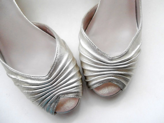 Clearance .....Pretty gold ruched shoes size 8