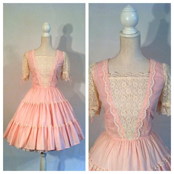 50s Party Dress / Medium / Large / Full Skirt / Pink / White / Short Puffed Sleeves / Lace Detail