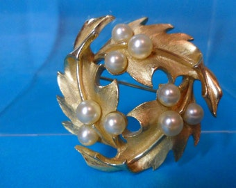 Crown Trifari Holly Leaf and Pearl Wreath Brooch Gold Tone Vintage Costume Jewelry Retro Fashion Jewelry