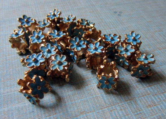 vintage daisy bead caps spacers goldtone with blue enamel flower lot of 20