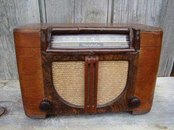 Vintage 1940s MOTOROLA WOOD RADIO Model 61x17