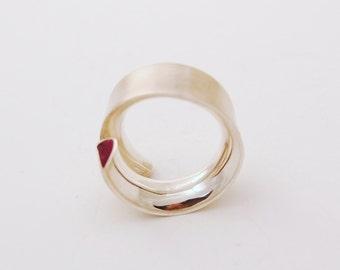 Spiral Ring / Anillo Espiral, Silver with Sugalita. Paola Raggo handmade.