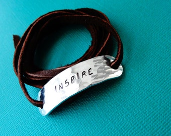 Personalized Bracelet - Inspire - Hammered texture - Leather Wrap