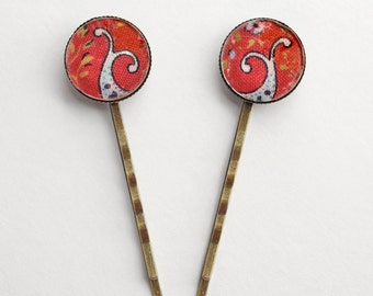 Whale tails: a cute pair of bobby pins adorned with a fabric mounted under beautiful glass cabochons.