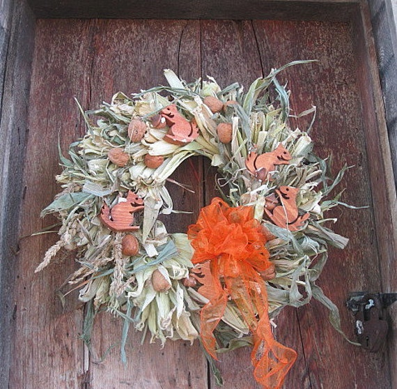 SQUIRRELS & NUTS  natural CoRN HuSK WReATH   for wall or door decoration
