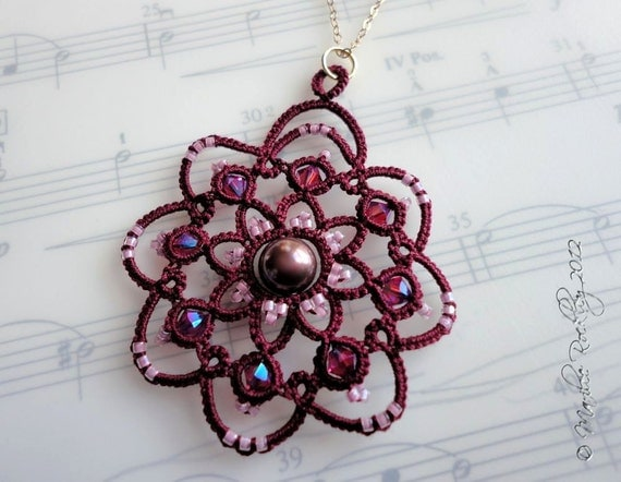 """Tatted pendant """"Rotation"""" in burgundy"""