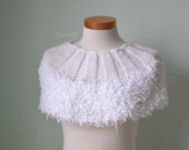 White knitted capelet H825