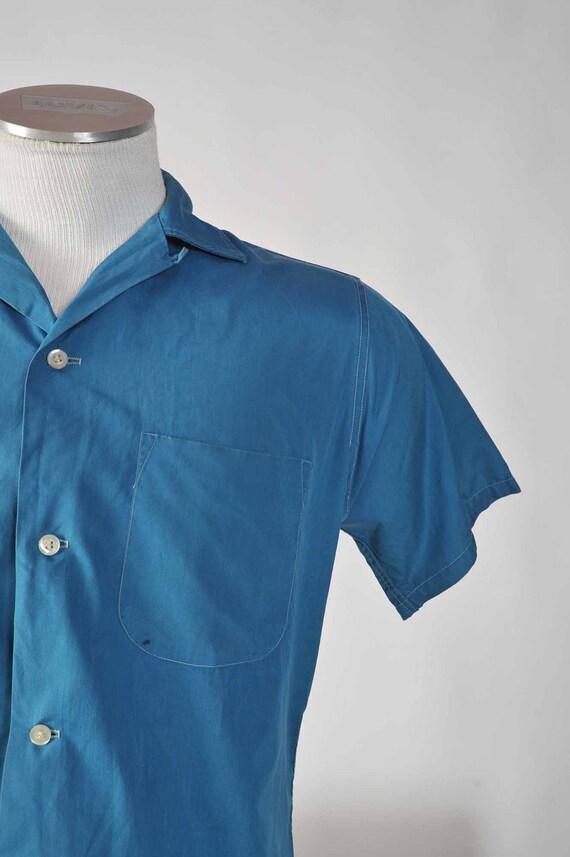 Vintage 1960s Shirt // Early 60s Van Heusen Short Sleeve Cotton Shirt in Ocean Blue Size M