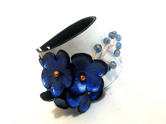 Woman leather bracelet with blue flowers