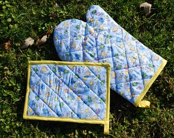 Winter Sale- Pastel Fish and Starfish Quilted Oven Mitt Set