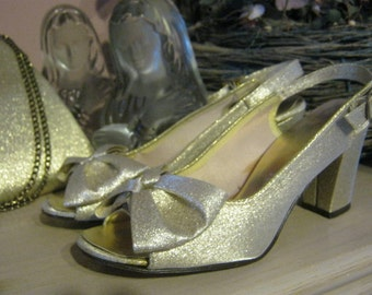 Vintage  golden fabric peep toe high heels, glimmery gold fabric sling back high heels, golden brides heels with bow made in USA size 5