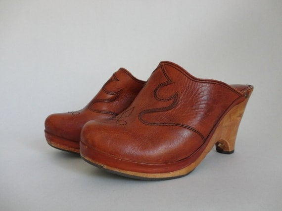 VINTAGE 1970s Danelle rust brown leather CLOGS (womens size 8 M // made in brasil)