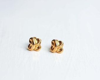 Small Twisted Knot Studs