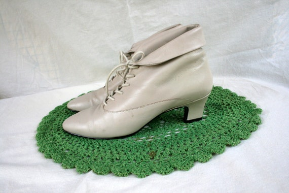 Vintage 80's White Ankle Boots 8 1/2 - Lace Up - Victorian - Granny - Wedding - Cuffed