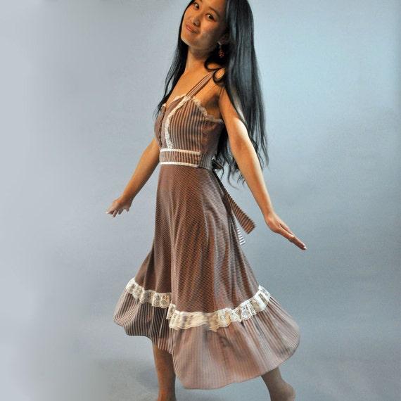 70s vintage BOHEMIAN dress / 70s Hippie Dress / Empire Waist Sun Dress / Calico Prairie Dress w/ Lace Trims & Ruffle Skirt XS / S