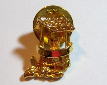 vintage gold tone wishing well mens jewelry tie tack or vintage brooch pin