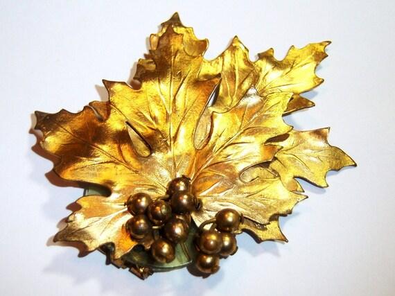 vintage large gold tone possible scarf clip leaf
