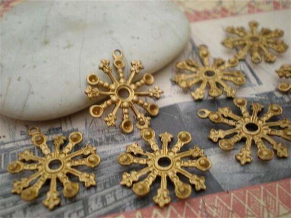10 Vintage Brass Fleur De Lis Bezel Setting Charm Stamping. Rare. Snowflake Rosette Finding