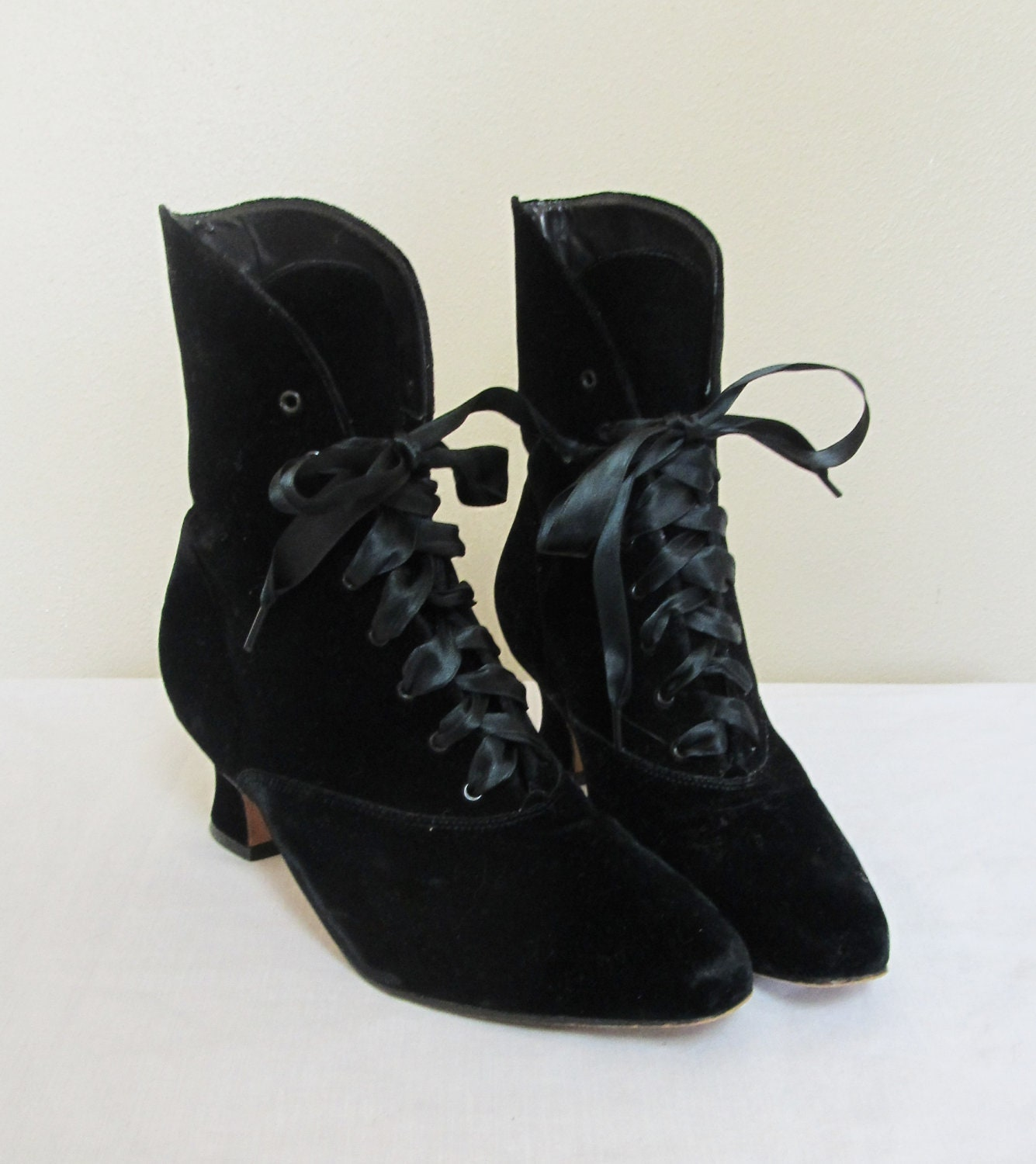 vintage 1980 s black velvet witchy ankle boots size 7