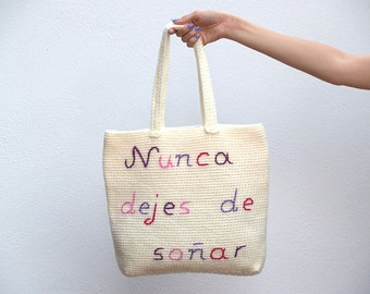 Beige crochet totebag with a message, Never stop dreaming message bag