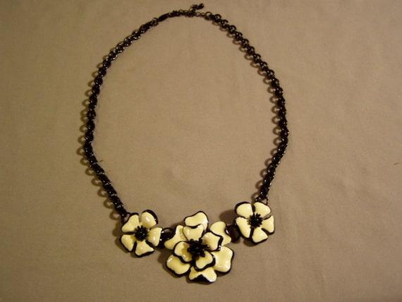 Vintage Black & Cream Colored Enamel Flower Necklace 3612
