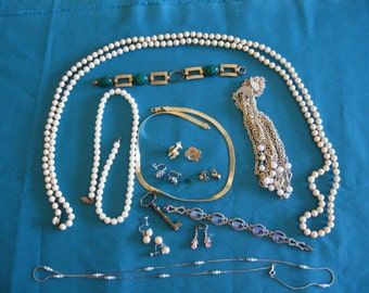 Jewelry odds and ends, earrings, brooches, necklaces