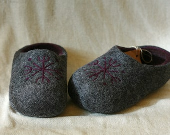 Dark grey felt slippers with snowflake decors