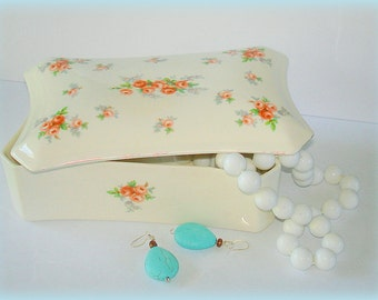 Covered Box Fancy Shape Feminine Flair Vintage Kleine Pottery Ceramic Jewelry, Trinket, Candy Dish, Dresser Box.